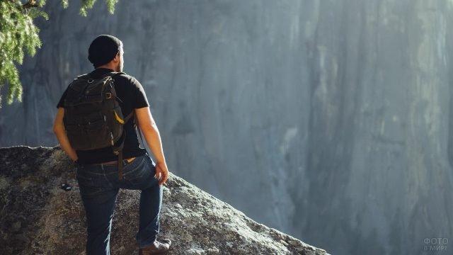 Мужчина в горах с небольшим рюкзаком