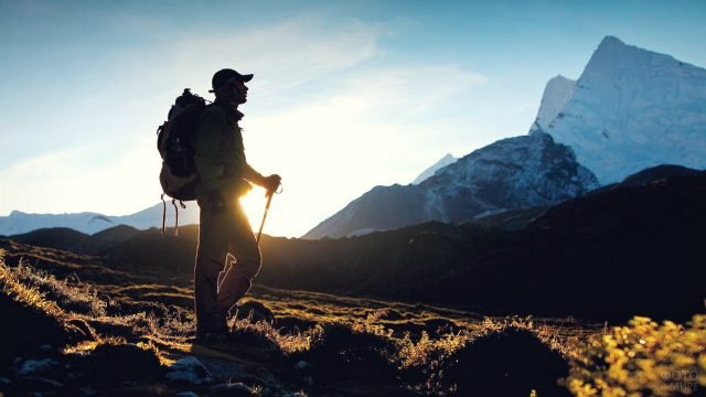 Одинокий пеший турист в горах