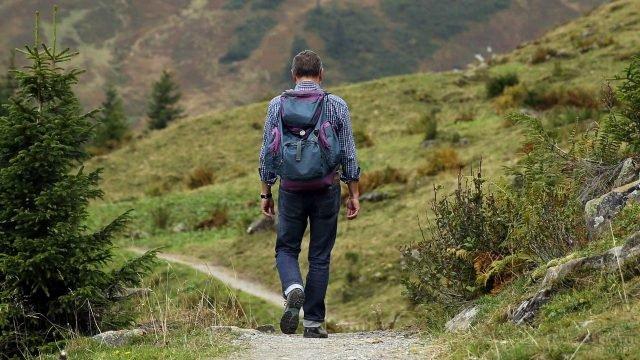 Одинокий турист на горной тропе