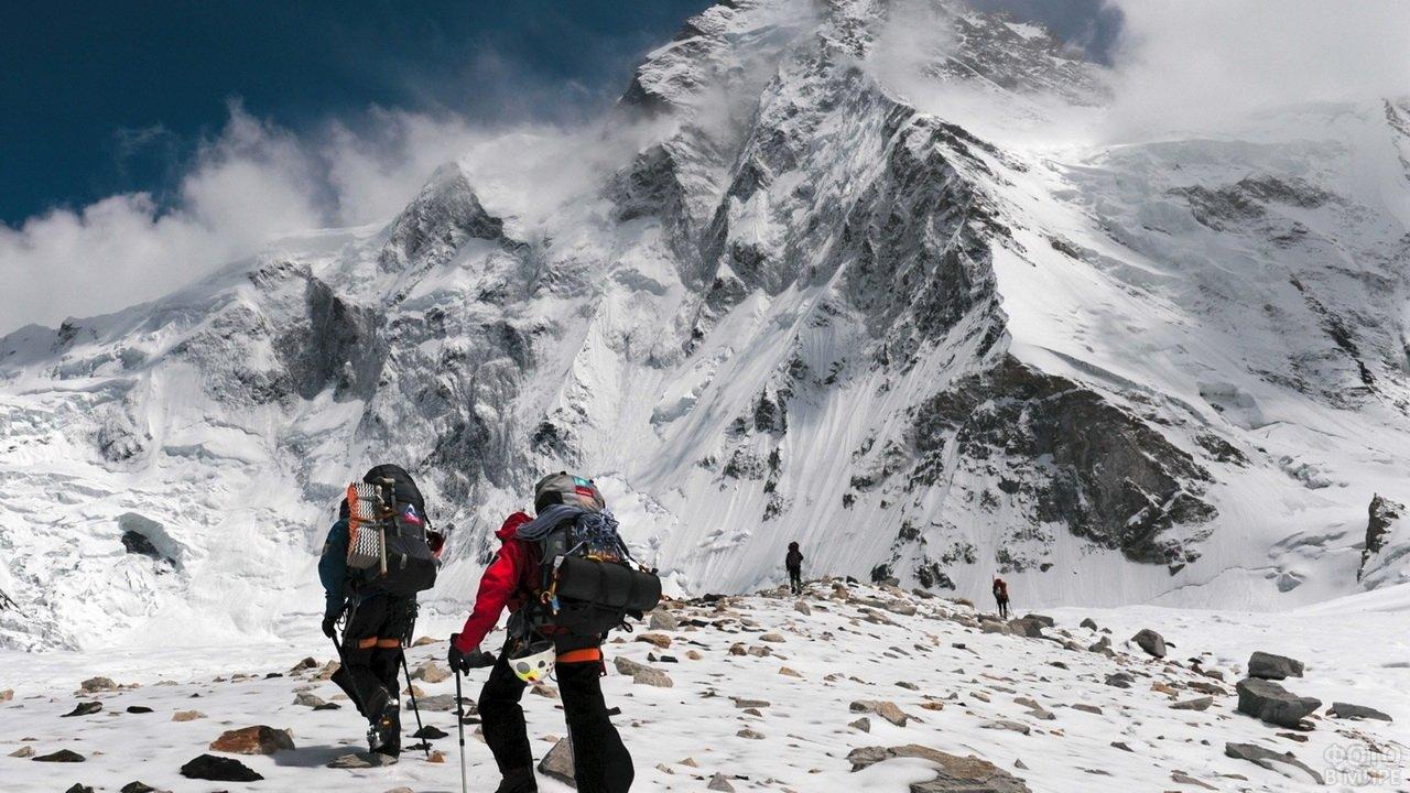 Поход альпинистов по высокогорью