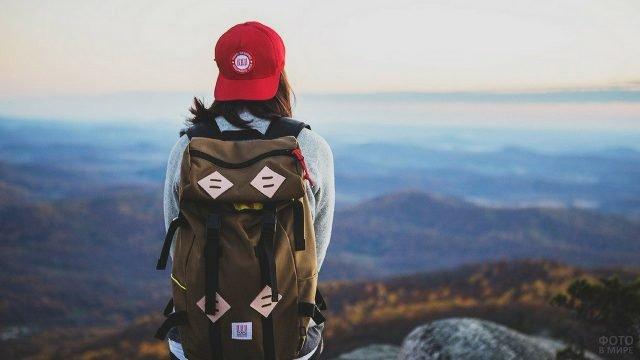 Путешественница с рюкзаком за плечами