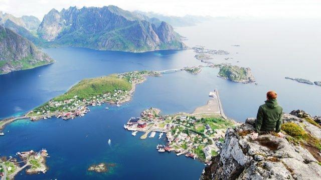 Путешественник над фьордами Норвегии