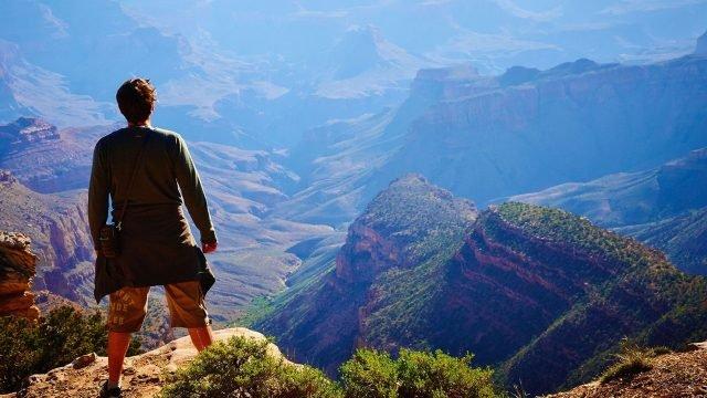 Путешественник над горным ущельем