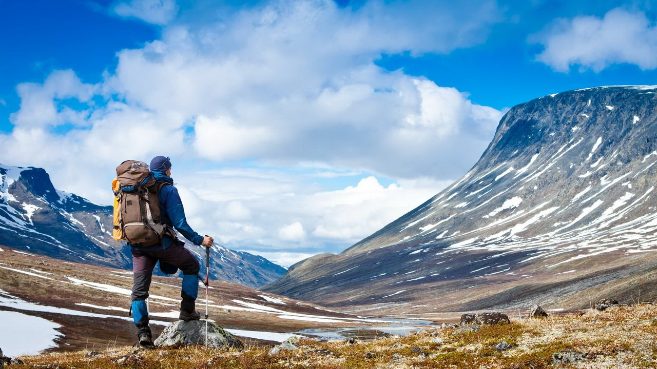 Путешественник в горах