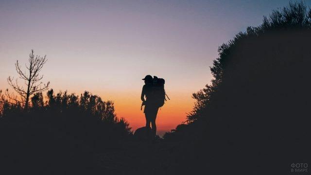 Силуэт туриста на закате