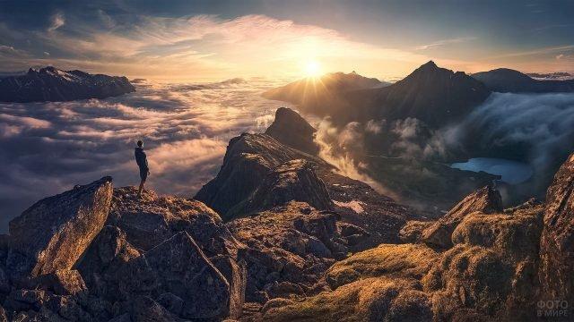 Турист в горах на закате