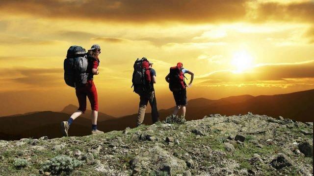 Туристы идут по горному хребту
