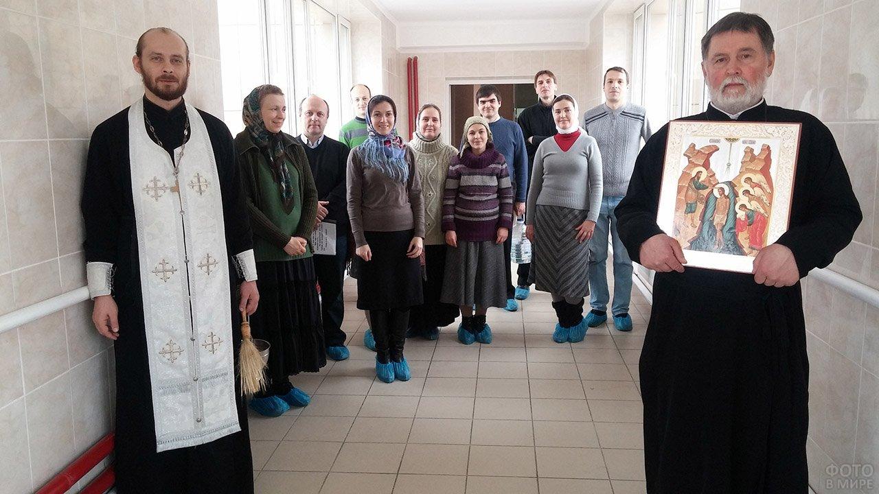 Батюшка и церковный хор на Крещение в коридорах больницы