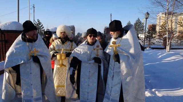 Батюшки и служители церкви во главе кресного хода в день Крещения Господня