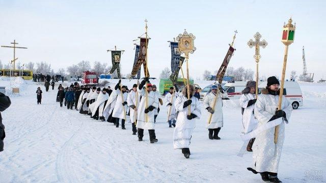 Хоругвеносцы во главе кресного хода на Крещение в Сургуте