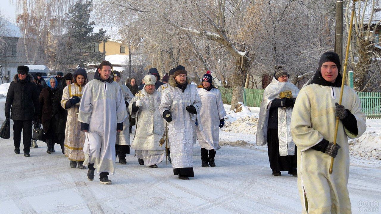 Крестный ход на улице городка в Тюменской области в день Богоявления