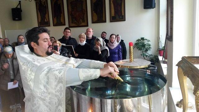 Освящение воды на празднике Крещения в православном храме в Дюссельдорфе