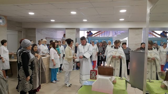 Православная служба в честь Крещения Господня в холле больницы