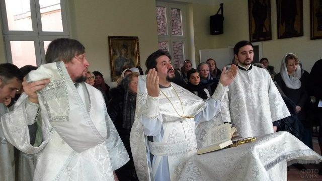 Праздничная служба в православном храме Дюссельдорфа на Крещение Господне