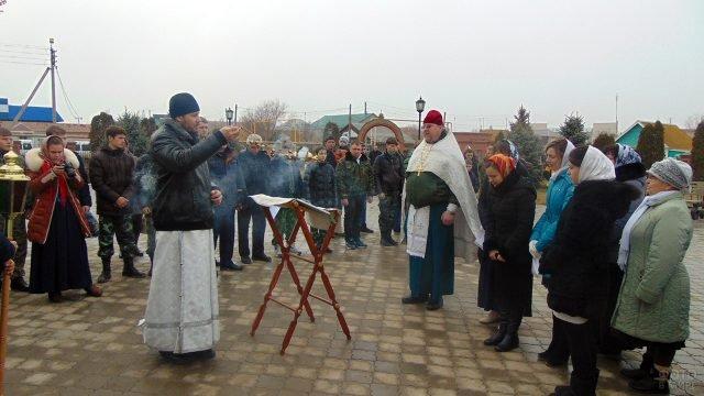 Прихожане и служащие храма на службе в честь Крещения Господня в селе Самарской области