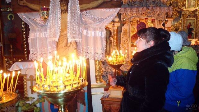 Прихожанка в церкви на празднике Богоявления