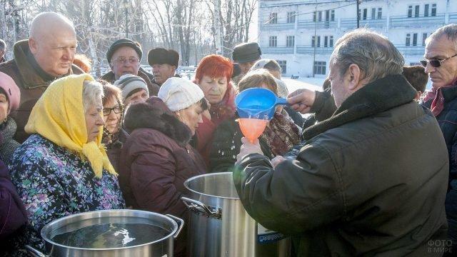 Раздача святой воды на празднике Крещения Господня в санатории Приднестровья