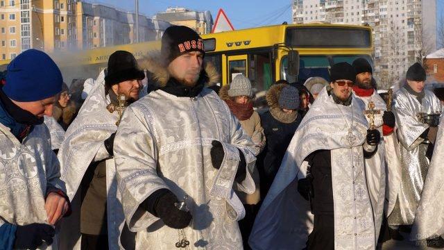 Служители церкви прибыли на обряд Водосвятия в канун праздника Богоявления