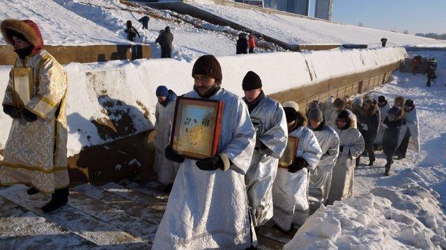 Участники крестного хода возвращаются с обряда водоосвящения проруби