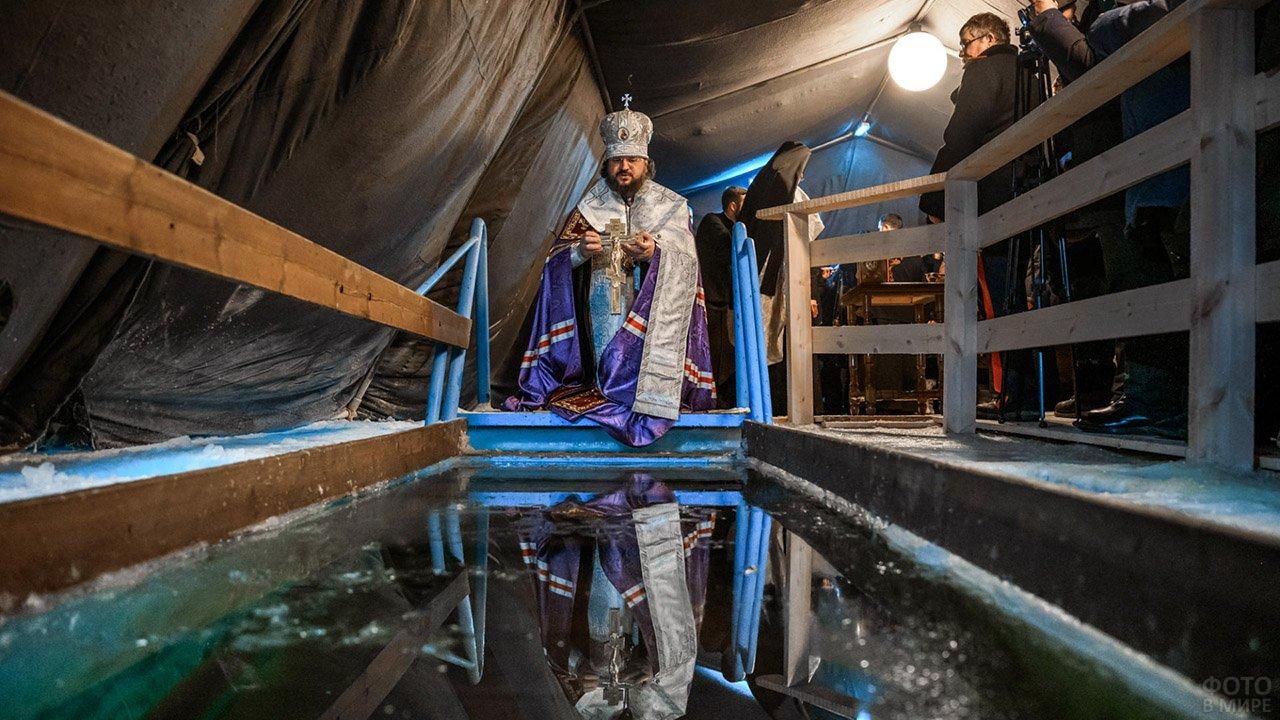 Батюшка совершает обряд Водосвятия у крещенской проруби в Якутии