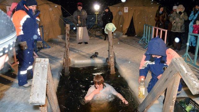 Девушка в крещенской проруби в Хабаровском крае под наблюдением сотрудников МЧС
