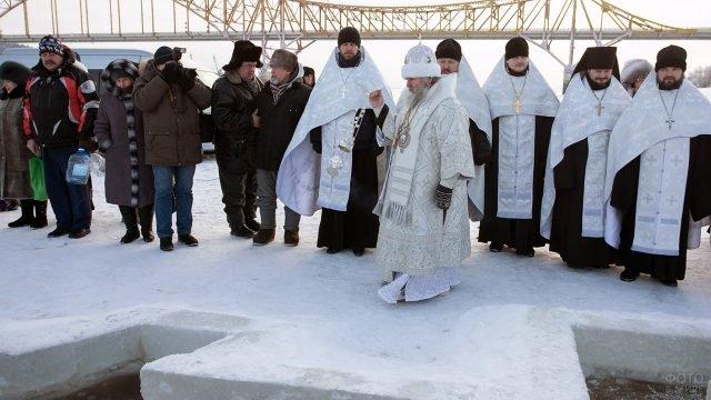 Кресный ход у реки Иртыш на Богоявление