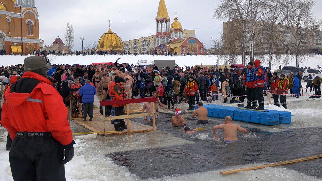Массовое празднование Крещения с окунанием в прорубь на берегу Днепра