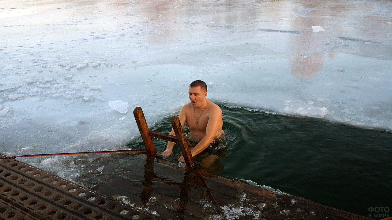 Мужчина окунается в прорубь на празднике Крещения в Березниках