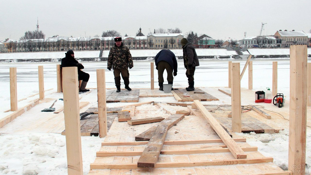 Мужчины строят крещенскую купель на берегу Волги