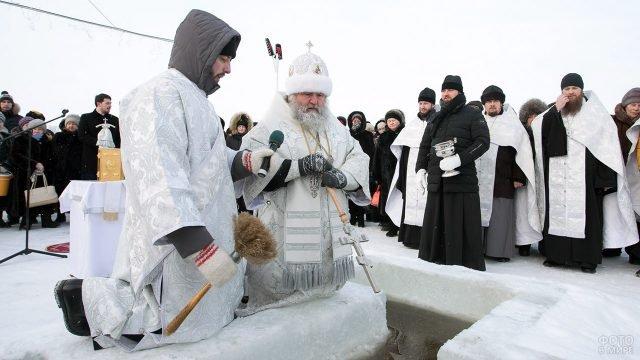 Обряд Водосвятия у края проруби в Иртыше на празднике Крещения Господня