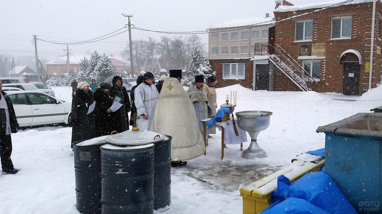 Освящение купели на Крещение во дворе церкви в Севастополе