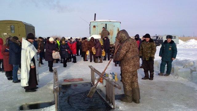 Подготовка проруби на Крещении в Омской области