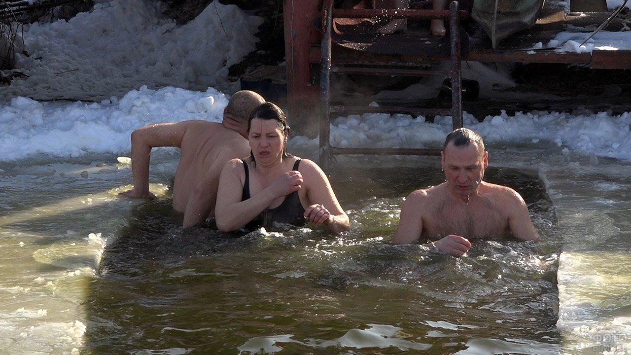 Православные верующие в проруби на празднике Крещения в Молдавии