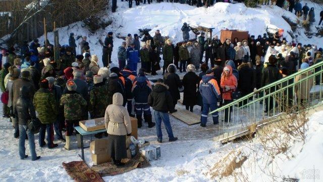 Православные вокруг проруби на празднике Крещения в Красноярске