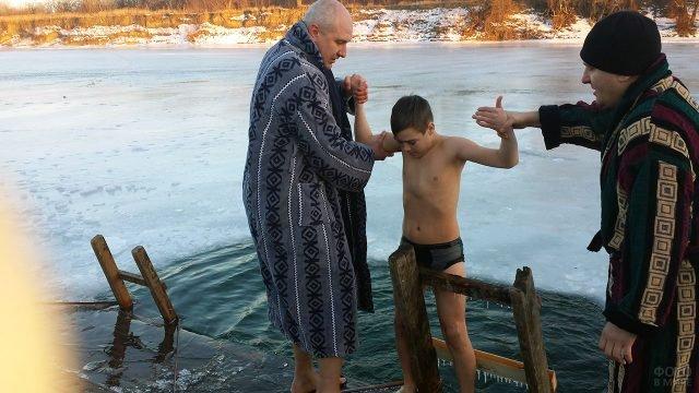 Семья на празднике Крещения у купели в Тирасполе
