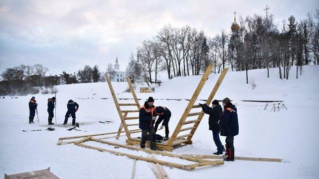 Сооружение купели для Крещения на реке в Вологде