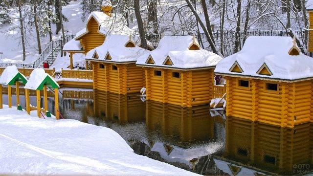 Срубы у купелей на реке в Нижегородской области, построенные к празднику Крещения