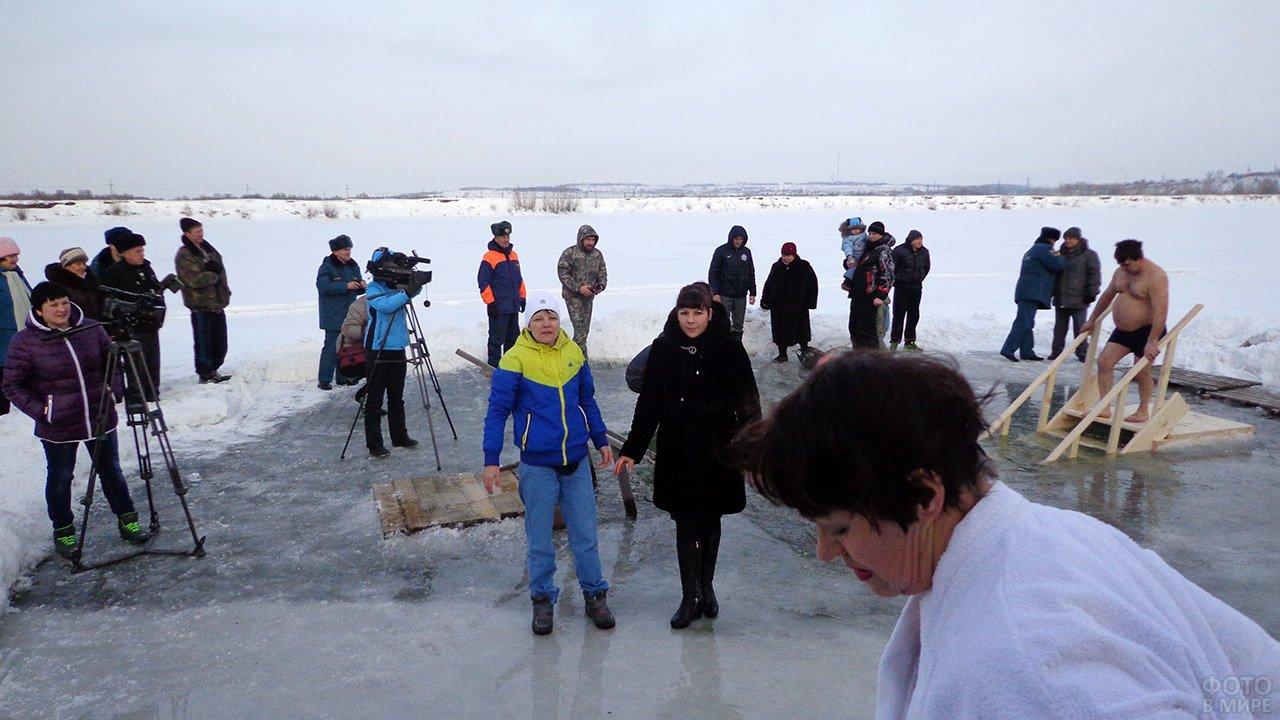 Жители Ачинска у проруби на празднике Крещения