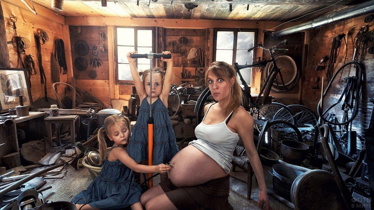 Дети накачивают живот маме, чтобы она родила им братика