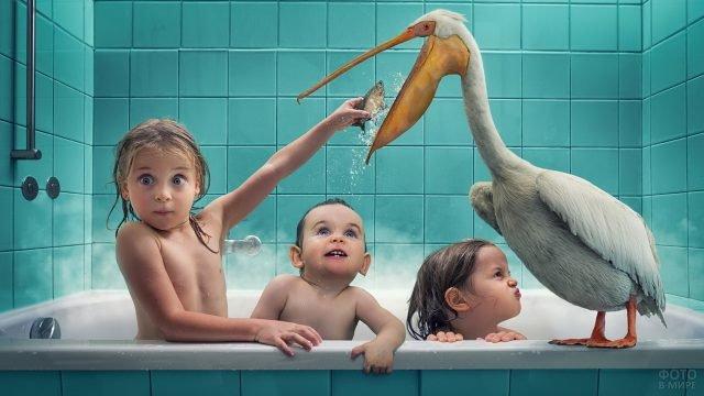 Дети в ванной комят рыбкой пеликана
