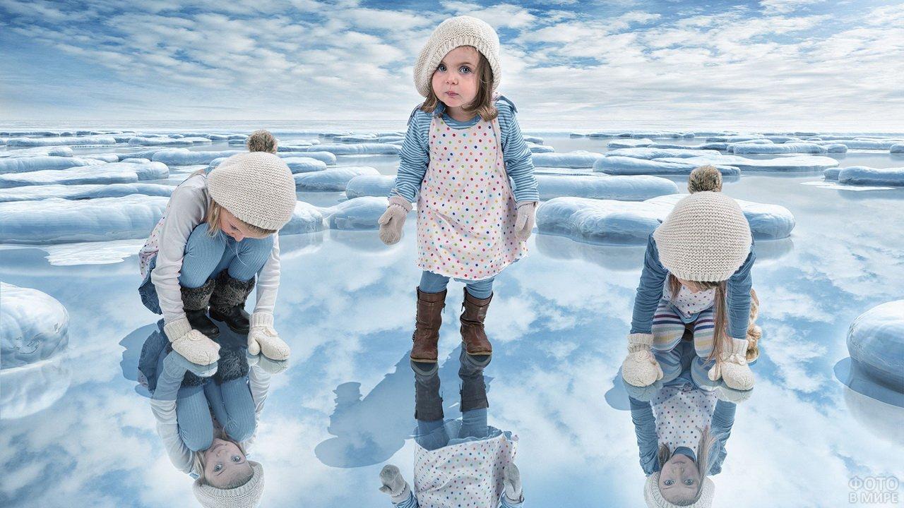 Девчонки играют на льду замёрзшего озера