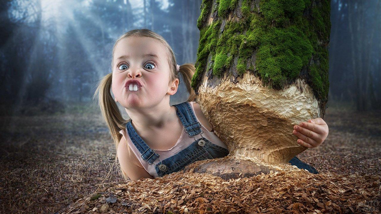 Девочка-бобёр перегрызла дерево