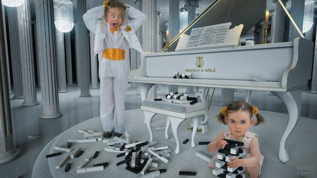 Девочка играет клавишами от пианино