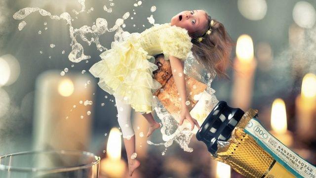 Девочка летит с помощью пробки от шампанского