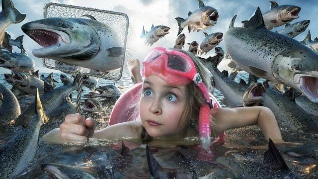 Девочка ловит прыгающую рыбу