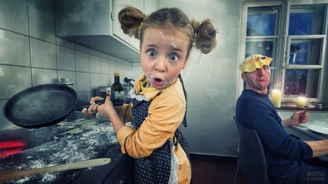 Девочка на кухне кинула блин со сковородки папе на голову