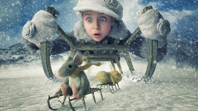 Девочка на санях догоняет мышку на маленьких саночках