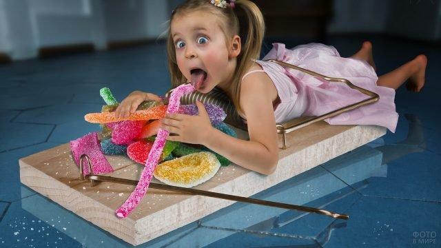 Девочка попала в мышеловку из-за сладостей