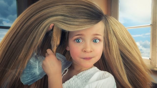 Девочка расчёсывает шикарные волосы