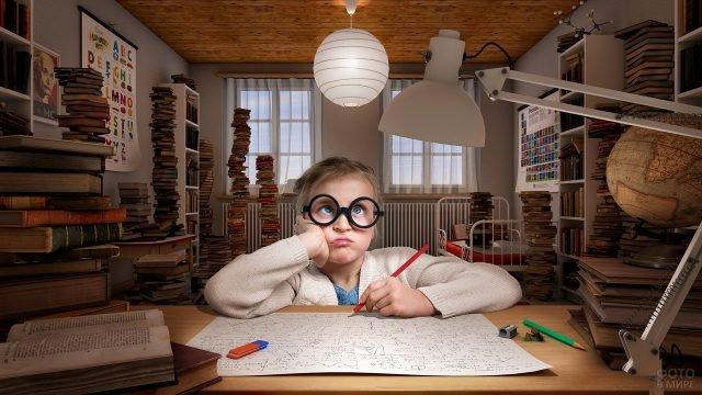 Девочка в гигантских очках пишет формулы на большом листе